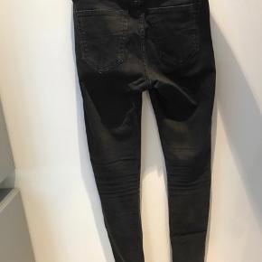 Tiger of sweden jeans  26/32 Skinny model med hul ved knæene.