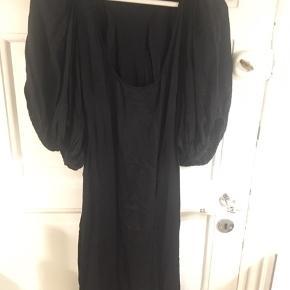 100% silke  Brugt men stadig brug bar Skønne detaljer på ryg med ballon ærmer