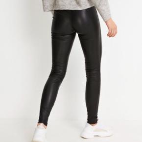 Smukke skind leggings (model Leon) fra Envii. Der er stretch i og de er virkelig lækre at have på. Sælges da de er købt et nummer for store- vil sige at de passer en str 42.