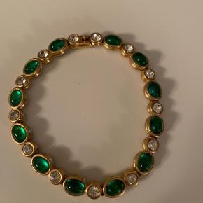 """Armbånd i """"guld"""" med grønne og sølv sten.   Længde: 17,5cm  Sender gerne, køber betaler for porto.  Vægt: 14g Porto: 33kr med Dao"""