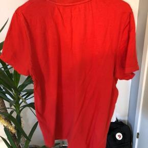 Denne flotte i øjenfaldende t-shirt fra Samsøe Samsøe med sin dybe røde farve skal sikre dig at alle ser dig. Der er et 3D Samsøe Samsøe tryk på midten af trøjen. Brugt et par gang