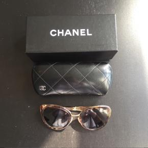 Fine Chanel solbriller købt i Thiele på Købmagergade i August. Brugt meget få gange      Derfor flot stand.  Nypris: 3000kr. Kom med et bud.