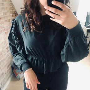 Vildt fed bluse med flæser i vasket sort farve fra Bershka i størrelse M. Brugt 2 gange. Den findes også i en turkis i størrelse L på min profil 🥰  Kan sendes med DAO for købers regning 🤍  Der gives mængderabat, så kig endelig mine annoncer igennem 🌸