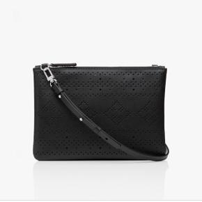 MB - crossbody taske/clutch i sort skind med hulmønster. Aldrig brugt, stadig tags på. Ny pris 1000 kr. bytter ikke.