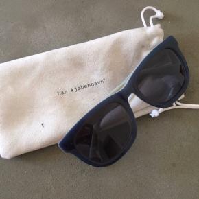 Sender ikke HAN Kjøbenhavn solbriller i mørkeblå udvendig og hvid indvendig Nypris 850,-