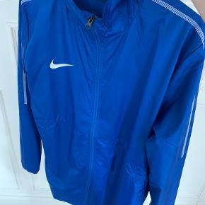 Blå Nike jakke ALDRIG brugt, kun prøvet på Tag den for 150 kr. Købt for 400kr
