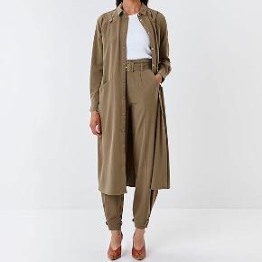 Lækker kjole i tungt stof fra Gestuz.  Kan bruges med og uden bæltet, samt som jakke.  Str. 34, men passer også 36 og muligvis 38.   #trendsalesfund