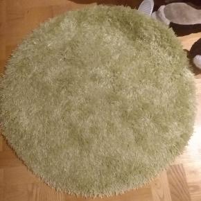 Sød rund shaggy gulvtæppe i limgrøn. Farve er stærkere I virkeligheden. God til farve en mørk eller kedelig rum. I rigtig god stand fra ikke rygger eller dyr hjem.