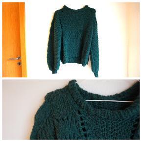 Enormt blød hjemmestrikket / håndstrikket sweater / trøje / strik. Modellen er umiddelbart en bølgegenser, inspireret af lignende sweater fra Ganni. Flot mørkegrøn / flaskegrøn / skovgrøn. Jeg har selv købt den som ny, men aldrig brugt den, da den er lidt lille i ærmegabet til mig. Strikket i Drops Air (65% alpaca, 28% polyamide og 7% uld / wool. Virkelig blødt garn, der ikke kradser. Jeg har købt den som en str. 38, men da det er en hjemmestrik er målene her: Ærme 63 cm (fra skuldersøm og ned) Længde 54 cm Brystvidde 50 cm