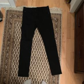 Sorte jeans fra Cheap Monday til herre i str 32.Der er huller ved begge knæ. Aldrig brugt, 250 kr inkl fragt