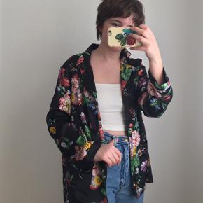 Blomstret skjorte/blazer fra Zara. Den har aldrig været brugt og er derfor i god stand. Størrelse M.