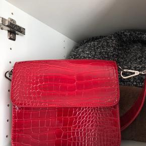Lækker rød hvisk taske som meget små  brugstegn har. Sælges da farven ikke falder i smag
