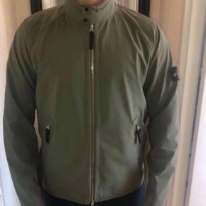 Sælger denne lækre Stone Island soft Shell jakke, i farven grøn. Jakken er str L passes af en omkring  de 175-180cm.  Vil lige gøre opmærksom på, at jeg sælger jakken for en anden.  Skriv gerne omkring alt😊