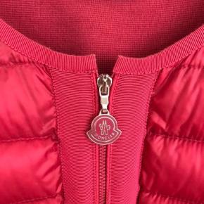 Lækker overgangs jakke fra Moncler i den smukkeste hindbær rød farve med 100 % bomuld på ryggen og ærme.  Str XL men passer str L.  INGEN SKÆDER. FREMSTÅR I MEGET FLOT VELGOLDT STAND.  JAKKEN ER ÆGTE.