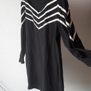 Vintage kropsnær kjole i elastisk bomuld. Kort. Fin til L/XL. Har skulderpuder, som nemt kan fjernes.