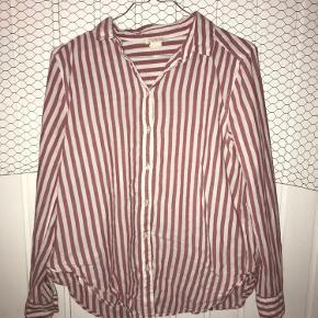 En klassisk skjorte der kan bruges på mange måder, den er brugt, men ingen skader eller fejl at finde på den.  Har du nogle spørgsmål så er du velkommen til at skrive til mig😊