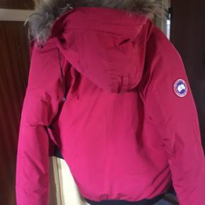Rigtig ægte lækker Canada Groose jakke i rød str.L Den er ca 3 år gamle og den er 100% ok og ikke brugt meget Kan hentes i Herning eller sendes