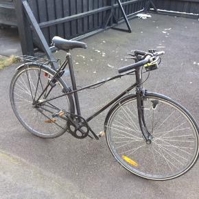 Old school pige/dame racercykel. Gammeldags separate gear på baghjul og forhjul, 3 gear på hvert(se billede). Ingen skader i lakken.  Ringeklokke og reflekser i begge hjul. Dynamolygter på begge hjul. Nyt fordæk. slanger foran og bagved er 6 mdr gamle. Sadlen er lidt slidt bagpå. Cyklen passer en teenager eller lav dame, max. 175 cm. Har selv købt den ved en vintage cykelforhandler, men er vokset fra den! 2 nøgler medfølger.