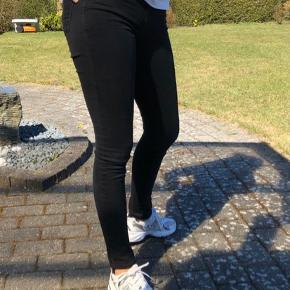 Super nice levis slim fit jeans i en størrelse 26(tror jeg - mærket(inden i) er klippet af, men andre af mine stramme levis jeans er i størrelsen 26).  De sidder super godt, får dem dog ikke brugt så meget mere. De er brugte men gode. De er helt sorte og ikke forvasket   Sælges billigt :)