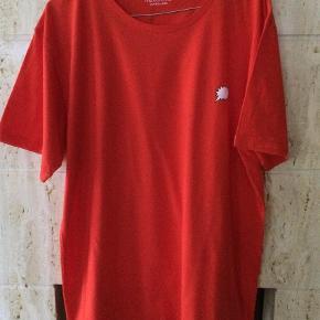 Varetype: T SHIRT XL Farve: rød Oprindelig købspris: 400 kr.  Mads Nørgaard T-SHIRT  100% COTTON  LANG CA 74 CM  BRYST CA 116 CM    ALDRIG BRUGT, UDEN PAPIR TAGS
