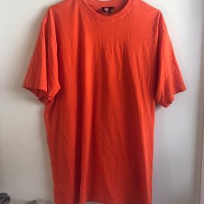 Orange t-shirt fra mærket ID. Den er aldrig blevet brugt. Købt i en str. XXXL, da jeg ville bruge den som kjole, men er altså en herre t-shirt.   🛍 Sender med DAO 🛍 Køber betaler fragt 🛍 Kommer fra et IKKE ryger hjem 🛍 Tages ikke retur