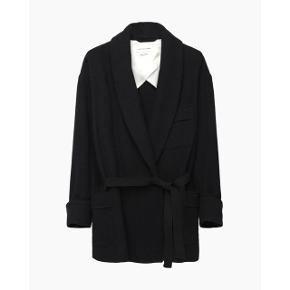Smukkeste uld slå-om jakke med silkebærestykke i foret. Kan bæres åbent eller bindes 🌸 Købt i FF2 i Århus Perfekt overgangsjakke 🍂