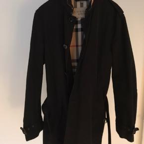 Burberry trenchcoat købt i 2015 i Burberry butik i London  Læg et bud :)  Str 50 svaret til Large