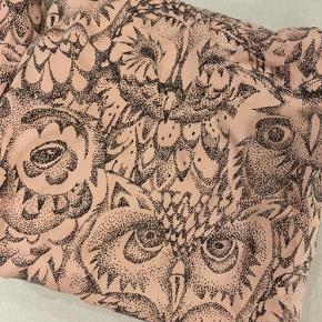 Babysengetøj med ugler fra soft Gallery  Str.70x100. I fin stand, kun enkelte meget små fnuller. Stadig i fin i farven også. Sengetøj sengesæt