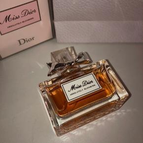 Miss Diors absolutely blooming eau de parfum som jeg ikke har brug for  ALDRIG BRUGT   750,- kr fra ny  Bud er velkomne