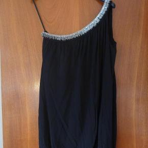 Varetype: Kjole Farve: Sort Oprindelig købspris: 1200 kr.  Super fed kjole Str 3, og svarer nogenlunde til en 40-42  Porto er estimeret. Korrekt beløb kommer ved bud.
