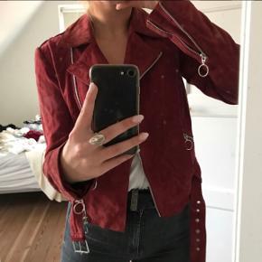 Rød Ruskindsjakke fra Pieces  Nypris: 2500-3000kr Brugt højst 10 gange