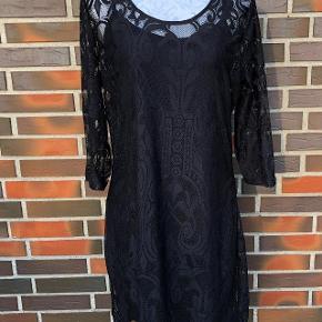Ny Elegant, mega blød Kaffe kjole i høj kvalitet ny og aldrig brugt. Brystvidde: 2x 53 cm Længde: 96 cm Nypris 549kr.   Sendes med Coolrunner ..