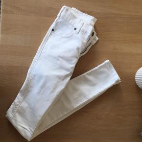 Helt nye Dr denim bukser i hvid, aldrig brugt eller vasket kun prøvet på. Str s Køber betaler fragt BYD:)