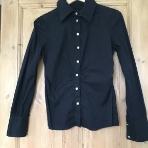 Mille K skjorte med perlemor knapper. Aldrig brugt