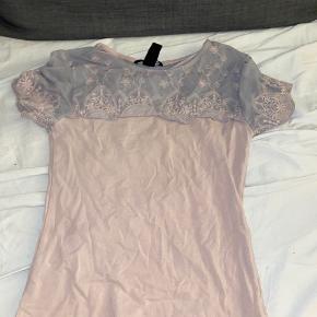 🥀 bluse fra h&m 🌺 Str svarende til xs  🌸 Farve peach/rosa 🌻 Sender kun ikke afhentning
