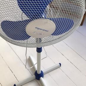 God gulv ventilator til de varme dage. Har 4 indstillinger til at justere hvor kraftigt det skal køle af. Mål: H: 102x44.  Ny pris 399kr