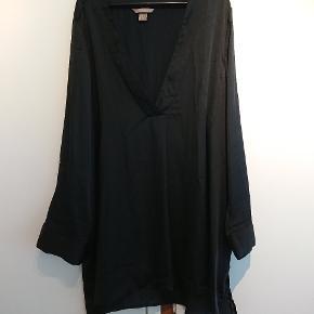 Silkelignende bluse med ærmer der kan knappes op se billede. Længere bagpå.