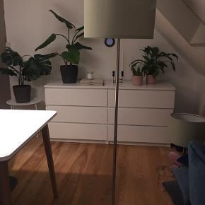 Gulvlampe med skærm. Skal afhentes i Odense. Køber man begge lamper altså gulvlampe og bordlampe får man dem til 500,- samlet.