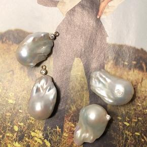 Smukke store barok perle vedhæng til kæder..   Pris pr stk 200.-   Kan laves med sølv vedhæng også.