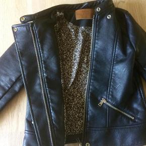 """Varetype: """"Skind"""" jakke. Farve: Sort Oprindelig købspris: 350 kr.  Brugt et par gange, og er som ny.   MP = 150 pp."""