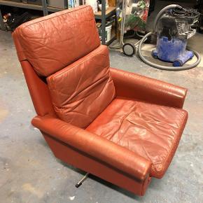 Gammel lænestol med lækker patina og stålstel. Trænger til en kærlig hånd men fejler intet.  Afhentes i Viby eller Frederiksbjerg.