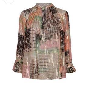Super smuk Gustav bluse/tunika med guld lyrex tråd tråd og masser af shine  Farverne er brune, grønne, orange og lyserøde i printet  Blusen som ny kun brugt 2 gange