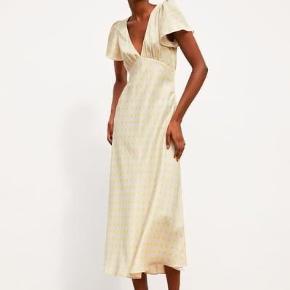 Populær kjole fra Zara 🦋  sælges da den ikke bliver brugt Byd:)