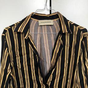 💛Flot sort og gul/guld skjorte fra Malene Birger🖤  Brugt en del gange, men ingen skader eller tydelige brugsspor. I rigtig fint stand, skal bare stryges.   Passer en small/medium