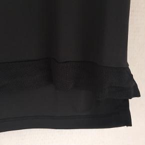 Brystvidden: 106cm  Flot t-shirt fra Soyaconcept i sort/mørk grå/brun  Brugt få gange