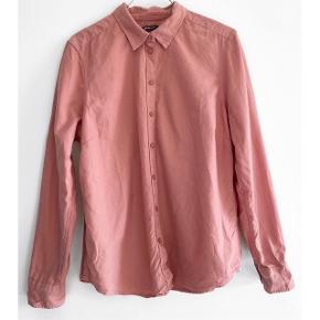GINA TRICOT skjorte i en fin hindbær farve   Størrelse: 42 ( lille i str )   Pris: 85 kr   Fragt: 39 kr ( 37 kr ved TS handel )
