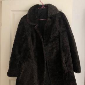 En lækker og varm pelsjakke. Den er forholdvis lang til mig, og jeg er en 1.75cm. Derudover lukker man den med en knap foran. Byd gerne en pris :-)