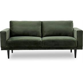 Vi sælger vores to år gamle sofa da vi har købt en større model. Den fremstår i god stand.   Højde: 87 cm Længde: 201 cm Vægt: 40 kg Bredde/Dybde: 89 cm Fyld i sæde: Polyetherskum Personer: 3 pers Ben i sortlakeret gummitræ Betræk: Vic Deep Forest stof / mørk grøn  Sofaen er købt fra ny i ilva.
