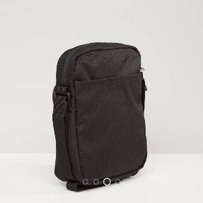 Fed taske / flight bag fra Nike med god plads, tre rum og justerbar rem
