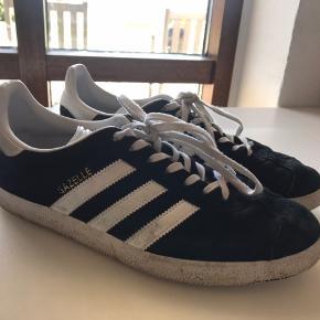 BYD! Adidas Gazelle Købspris: 750kr Størrelse: 42 De er lidt beskidte, men ved en vask vil det værste forsvinde.